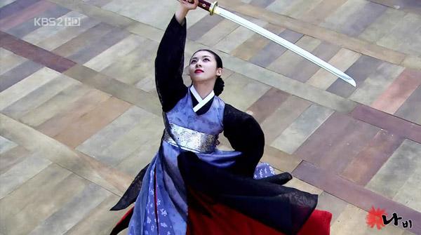 Trong phim, tài nghệ của Hwang Jin Yi được ca ngợi. Nàng không chỉ biết múa, biết hát mà cầm, kỳ, thi, họa đều vẹn toàn. Để hóa thân vào nhân vật này, nữ diễn viên Ha Ji Won đã phải tập trung hết thời gian từ khi bộ phim chưa bấm máy đểhọc thuộc kịch bản, tập các nhạc cụ cổ, tập vũ đạo để có được dáng vóc và độ điêu luyện của một kỹ nữ.