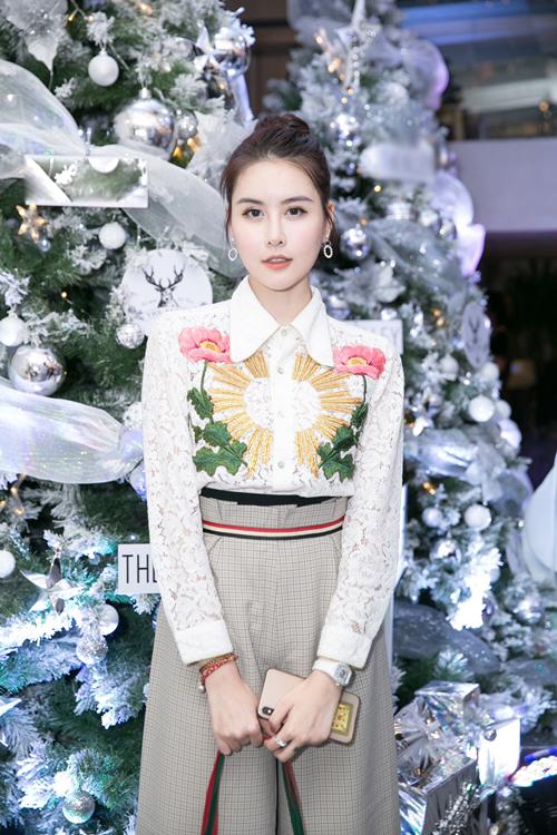 Hà Lade cũng tái xuất sau khi trở về từ chuyến thẩm mỹ Hàn Quốc. Gương mặt của cô được khen ngợi là thon gọn hơn lúc vừa xuất viện, trẻ trung như búp bê.