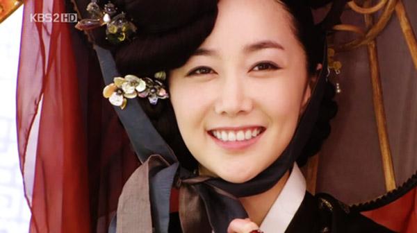 Trong Sungkyunkwan Scandal, ngoài nhân vật của Park Min Young giả mạo làm kỹ nữ thì có một nhân vật kỹ nữ thật. Đó là Cho Sun (Kim Min Seo) - sát thủ kiêm đệ nhất kỹ nữ của Chosun. Cô đem lòng mến mộ Kim Yoon Hee vì hiểu nhầm cô là nam giới.