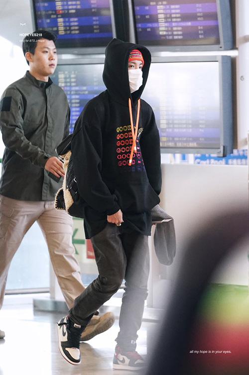 Các thành viên BTS trở về Hàn sau lịch concert dày đặc. J-Hope mặc áo hoodie thuộc nhãn hàng do người mẫu Irene tạo dựng. Mỹ nam đang quảng cáo hộ người bạn cùng đam mê thời trang.