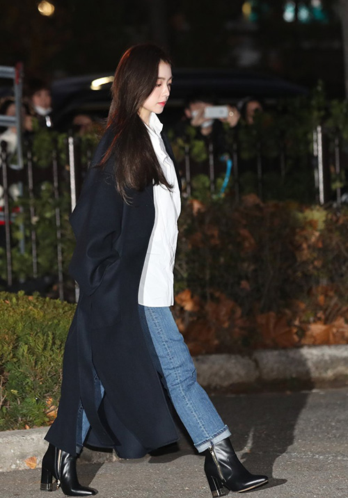Trưởng nhóm Red Velvet có nhược điểm chân ngắn nên thường xuyên phải chọn những đôi giày đế cao.