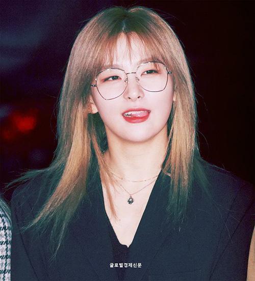 Gấu Seul Gi đáng yêu hết cỡ khi đeo kính. Cô nàng có hình ảnh hoàn toàn trái ngược giữa đời thường và khi trên sân khấu.
