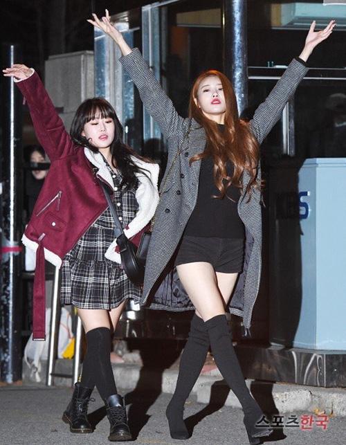 Netizen Hàn cho rằng Mi Joo tạo dáng lạ chỉ để nổi tiếng, lên báo và họ cảm thấy xấu hổ thay cho thành viên Lovelyz.