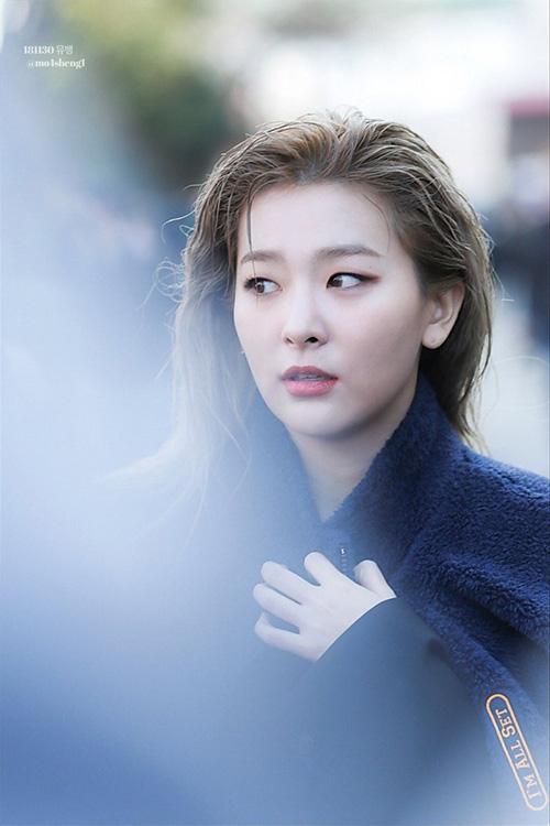 Sau khi làm tóc, Seul Gi toát lên khí chất girlcrush với kiểu tóc ướt, chải ngược ra sau.