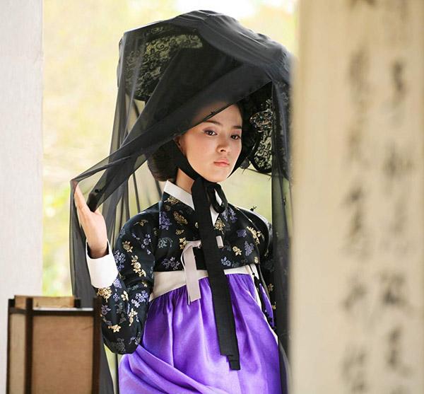 Vốn được biết đến với hình tượng ngọc nữ trong sáng nên khi Song Hye Kyo vào vai nàng kỹ nữ Hwang Jin Yi trong bộ phim điện ảnh cùng tên năm 2007, rất nhiều khán giả đã ngạc nhiên trước sự thay đổi hình tượng táo bạocủa cô.