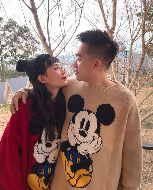 Hot girl Sun Ht là một trong những người đầu tiên giúp áo len Mickey trở thành cơn sốt. Hình ảnh cô nàng diện áo đôi cực đẹp cùng bạn trai Phở Đặc biệt giúp thiết kế được nhiều chàng trai cô gái lùng mua theo.