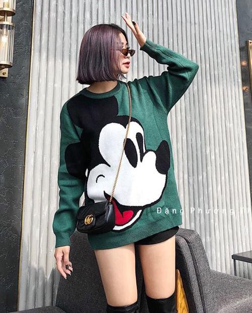 Sức hút của thời trang in họa tiết Mickey được chứng minh bằng việc mọi kiểu áo len có hình nhân vật này đều bán rất đắt khách.