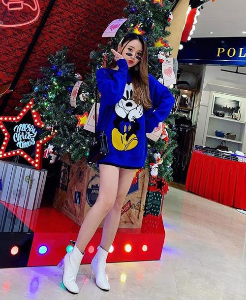 Họa tiết hoạt hình chưa bao giờ lỗi thời, đặc biệt là với những nhân vật bất hủ như chuột Mickey. Kiểu áo này được lòng các tín đồ thời trang vì giúp ăn gian tuổi rất khéo, mang đến vẻ ngoài trẻ trung, sành điệu trong mùa đông.