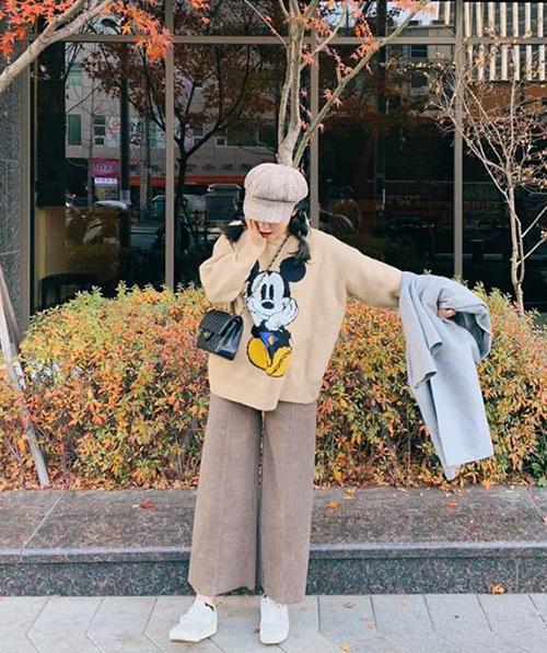 Là một trong những hot girl rất có sức ảnh hưởng phong cách với giới trẻ, Heo Mi Nhon giúp áo len Mickey càng thành trào lưu rộng rãi.