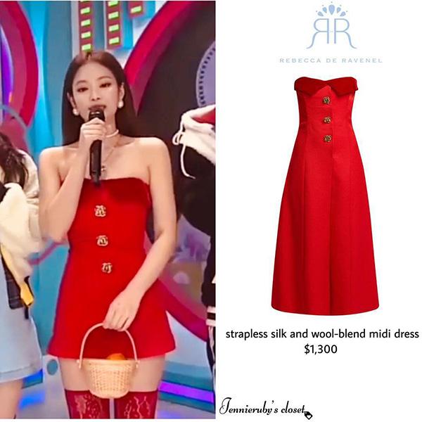 Chiếc váy 30 triệu đồng này có thiết kế và màu sắc nổi bật, tuy nhiên với độ dài của nó thì không hề thích hợp để mang lên sân khấu. Stylist đã giúp Jennie chiếm spotlight bằng cách cắt bạo dạn, tạo thành chiếc váy quây siêu ngắn và sexy.