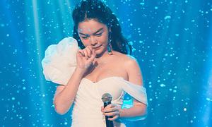 Phạm Quỳnh Anh diện váy mỏng như sương, bật khóc khi đang hát