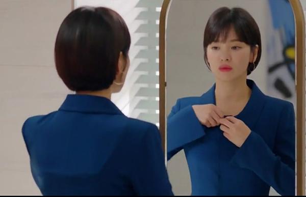 Trong drama vừa lên sóng Encounter, Song Hye Kyo tái xuất với diện mạo mới mẻ. Từ bỏ mái tóc dài gắn bó khá lâu, nữ diễn viên trông thanh lịch mà vẫn đầy trẻ trung khi cắt tóc tém ngắn ốp tròn vào mặt, kết hợp mái ngố đáng yêu như nữ sinh.