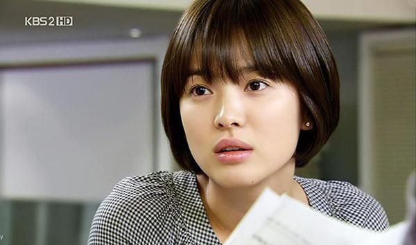 Kiểu tóc mới của Song Hye Kyo khiến nhiều người liên tưởng đến diện mạo của cô 10 năm trước, trong bộ phim đình đám một thời Worlds Within. Người đẹp từng tạo nên cơn sốt với kiểu đầu nấm dễ thương, tôn lên vẻ trong sáng, bầu bĩnh.