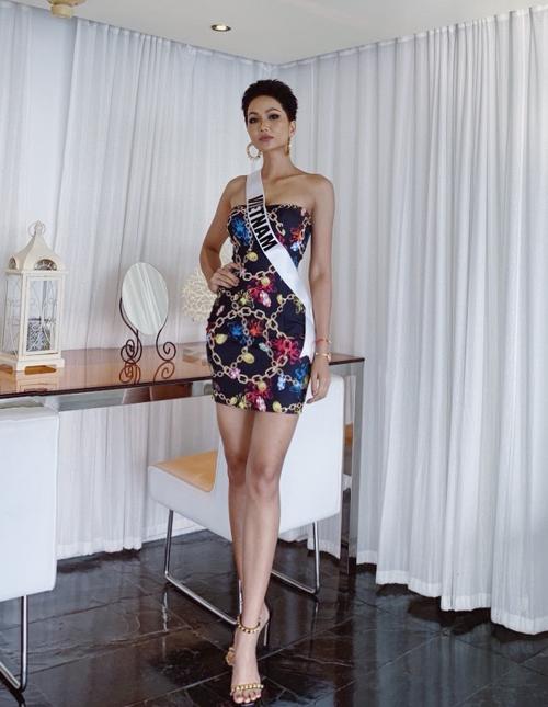 Thiết kế ngắn cũn giúp HHen Niê khoe được làn da nâu cùng đôi chân thon dài. Hoa hậu Hoàn vũ Việt Nam cũng có sự kết hợp thông minh khi diện với sandals quai ngang mảnh, càng giúp vóc dáng thêm gợi cảm.