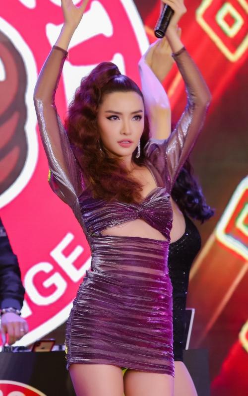 Ngoài vai trò kết show, Bích Phương lần đầu tiên mang bản hit mới Chị ngả em nâng lên sân khấu để trình diễn live. Với nội lực về giọng hát, các bước vũ đạo đốt mắt và phong thái quyến rũ, cô nhận được sự hưởng ứng nồng nhiệt từ người xem.