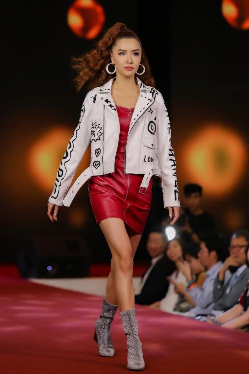 Tại sự kiện Bích Phương khiến nhiều người bất ngờ khi xuất hiện trên sàn catwalk. Lần đầu tiên trình diễn thời trang, cô còn được đảm nhận vị trí vedette.