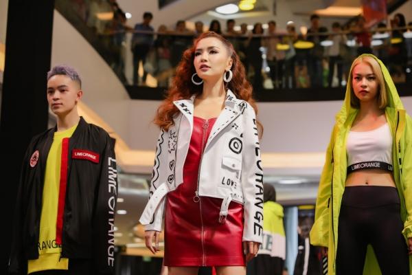 Nữ ca sĩ xuất hiện đầy thần thái trên sân khấu với sự reo hò không ít từ fan. Đi cạnh cô là những cái tên quen thuộc của làng mốt Việt như Phí Phương Anh, Kelbin.