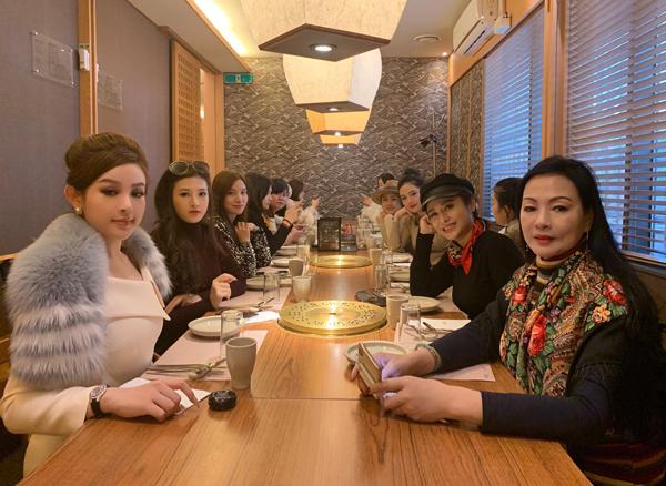 Huyền Baby kiêu sa như quý tộc trong chuyến công tác Hàn Quốc cùng cả gia đình.