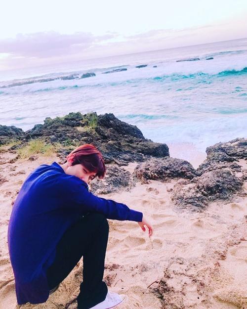 Khi các nhóm idol đang bận rộn với loạt lễ trao giải cuối năm, EXO rủ nhau đi du lịch nghỉ dưỡng ở Hawaii. Baek Hyun khoe ảnh ngồi ngắm biển lãng mạn.