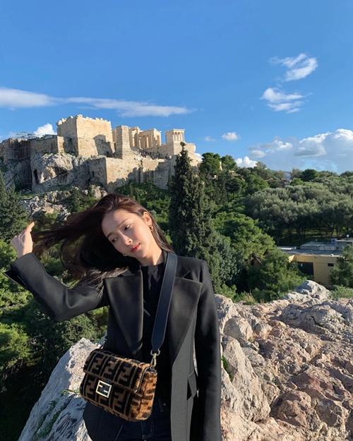 Jessica thả dáng chất như chụp hình tạp chí khi vi vu Hy Lạp.