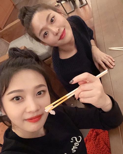 Seol Hyun và Joy khiến không ít fan bất ngờ khi thể hiện mối quan hệ thân thiết.