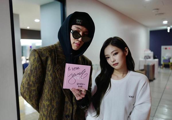 Seung Yoon (Winner) đến cổ vũ đồng nghiệp cùng công ty, khoe album có chữ ký của Jennie.