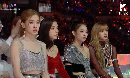 Jennie (thứ 2 từ phải sang) không còn là người được mặc đồ nổi trội nhất.