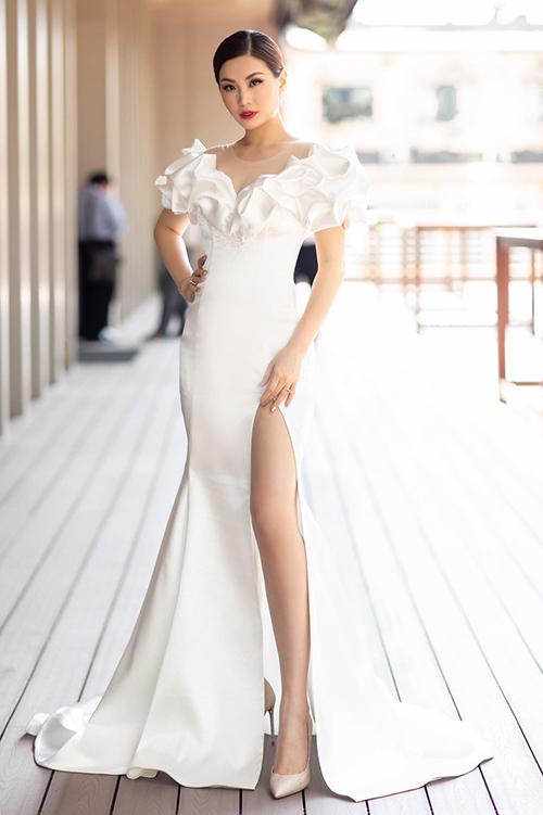 Diễm Trang diện váy xẻ đùi cao vút khi làm MC sự kiện.