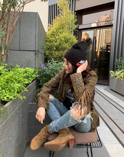 Dara khoe style chất ngầu với họa tiết da báo hot trend.