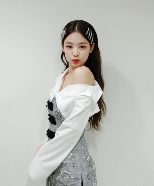 Jennie khoe vai trần quyến rũ trong hậu trường Inkigayo, mừng chiếc cúp thứ hai liên tiếp cho SOLO.