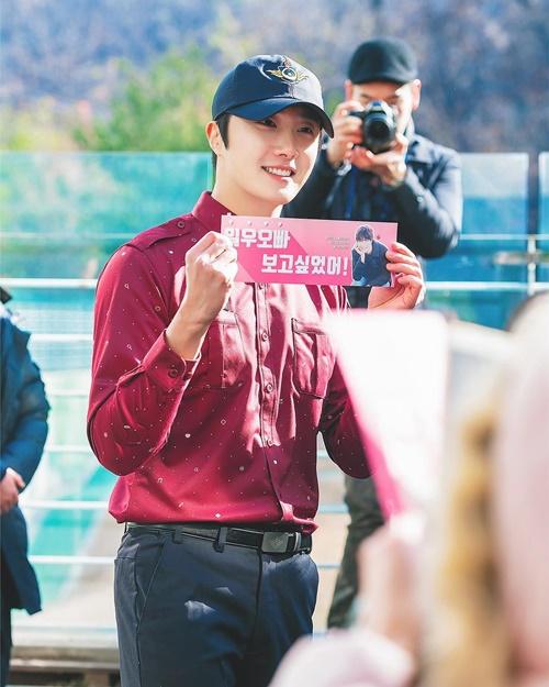 Jung Il Woo vừa hoàn thành gần 2 năm nghĩa vụ quân sự. Anh chàng bảnh trai ngời ngời trong buổi lễ chào mừng trở lại cùng người hâm mộ.