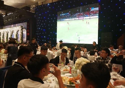 Khách mời xem bóng đá ở tiệc cưới của Á hậu Thanh Tú.