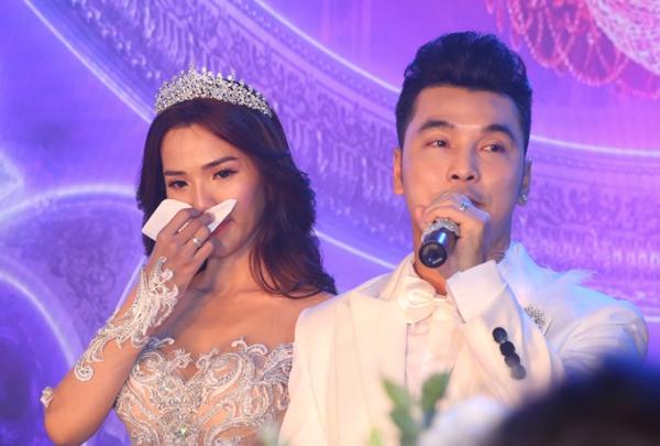 Kim Cương bật khóc nghe Ưng Hoàng Phúc tâm sự trong ngày cưới.