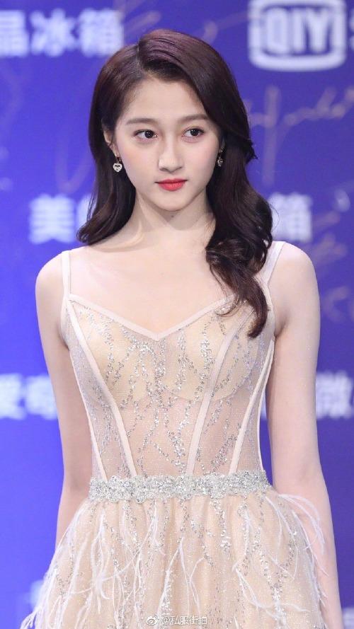 Vẻ đẹp mong manh, nước da trắng mịn cùng thần thái hút hồn của nữ diễn viên 21 tuổi hoàn toàn phù hợp với mẫu đầm nhẹ nhàng, thanh lịch này.