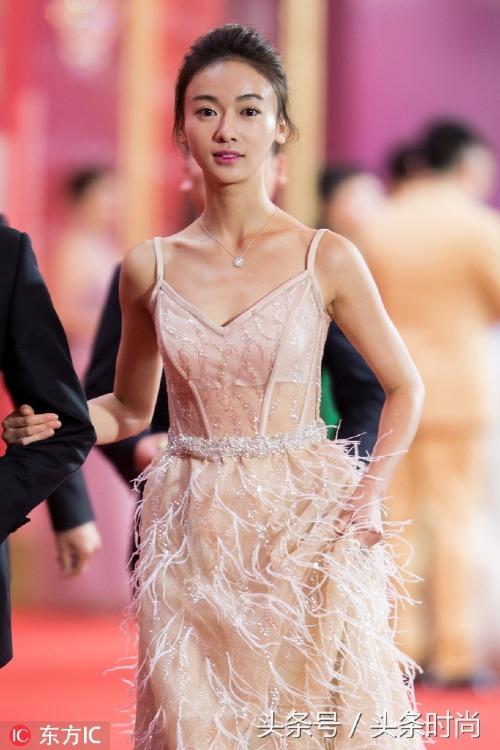 Nhiều fan nhận ra mẫu đầm mà Quan Hiểu Đồng diện từng được Ngô Cẩn Ngôn diện trước đó không lâu. Mẫu đầm đính tua rua tinh tế là một sản phẩm của nhà mốt Ari Villoso.