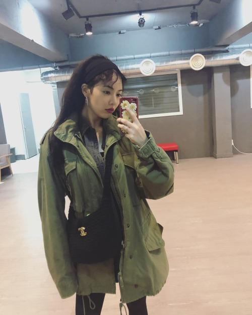 Thời gian vừa qua, sau khi rời khỏi Cube, Hyun Ah vẫn đều đặn cập nhật hình ảnh mới của mình lên mạng xã hội. Khác với hình tượng gợi cảm căng tràn sức sống như trước đây, Hyun Ah ngày càng gầy gò.Cô nàng tiết lộ cân nặng thật là 43 kg. Với chiều cao 1,64m, số cân của nữ ca sĩ là quá thấp, chỉ số BMI chỉ xấp xỉ 16 (chỉ số tối ưu ở phụ nữ là 19-24).