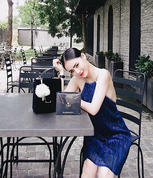 Cũng như chị gái, Phương Trang ưa chuộng các kiểu đồ quây, váy hai dây sexy tôn lên thân hình mong manh, làn da trắng nõn. Phong cách của cô nàng đôi khi bị nhận xét là già dặn so với tuổi.