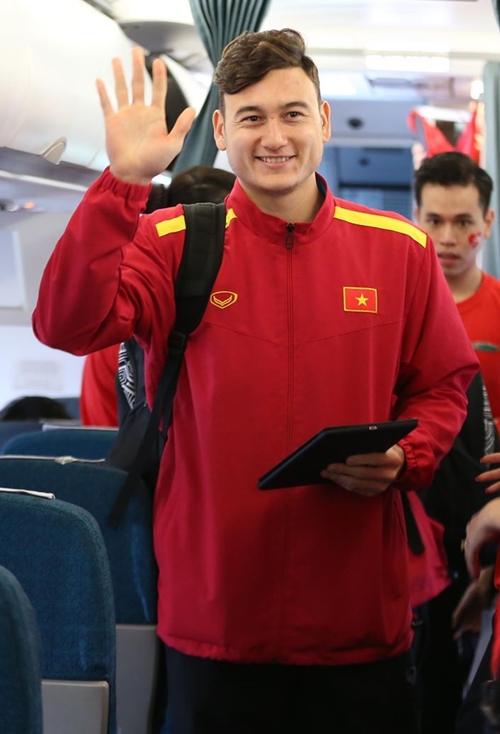 Tâm trạng của các cầu thủ vui vẻ, thoải mái. Thủ môn Đặng Văn Lâm vẫy tay chào mọi người khi lên máy bay.