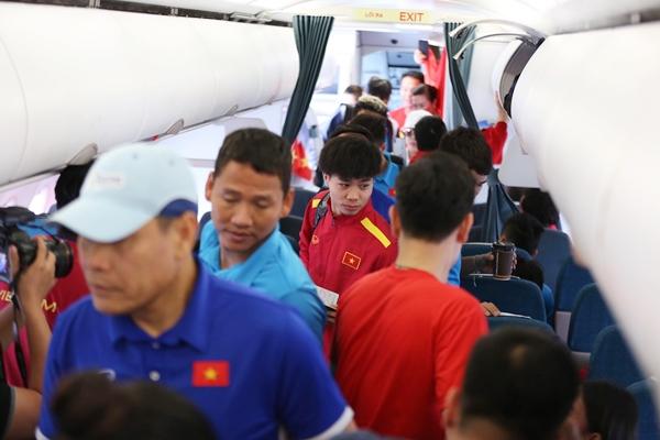 Sau chiến thắng 2/1 tối qua trên sân khách trước Philippines, sáng 3/12, tuyển Việt Nam khăn gói lên máy bay vefenuo