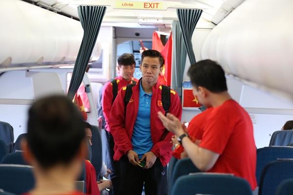 Các cầu thủ được các tiếp viên mặc áo cờ đỏ sao vàng chào đón bằng những tràng pháo tay.