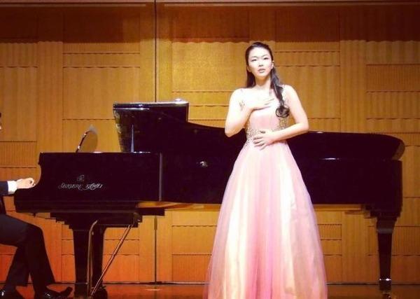 Cô có giọng hát soprano chạm đến nốt cao của thanh nhạc cổ điển.