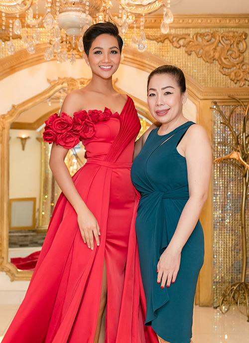 Cô cũng mang theo nhiều bộ váy dạ hội được hỗ trợ bởi NTK Linh San. Cả hai đã có sự phối hợp với nhau rất ăn ý từ thời điểm thi Hoa hậu Hoàn vũ Việt Nam.