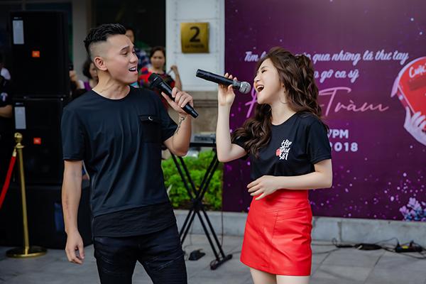 Lần đầu tiên, nữ ca sĩ song ca cùng cha đẻ bản hit Duyên mình lỡ và nhận được sự hưởng ứng nhiệt tình từ những khán giả có mặt.