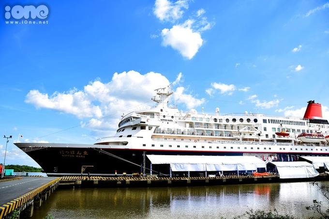 """<p> Năm nay Việt Nam là nước cuối cùng trong hành trình SSEAYP. Tàu đã cập cảng Cát Lái (TP HCM) chiều 2/12 và chứng kiến màn """"chào sân"""" ấn tượng của bạn trẻ mỗi nước. Đây là chiếc tàu Nippon Maru khổng lồ, dài hơn 150m, cao 7 tầng, là một trong 5 con tàu khách lớn nhất Nhật Bản hiện nay.</p>"""