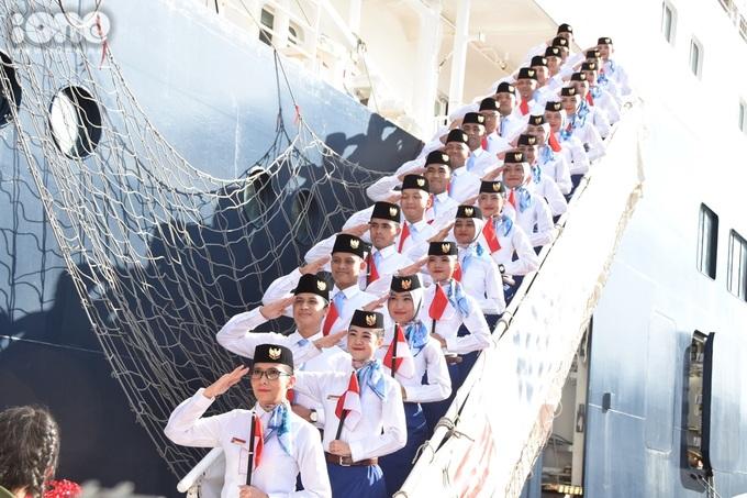 <p> Trong trang phục giao lưu quốc tế, cùng kiểu chào quân đội được các bạn trẻ Indonesia tập luyện và sử dụng khi đặt chân đến từng quốc gia.</p>