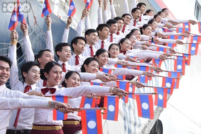 <p> Vẻ đẹp đằm thắm của những cô gái Lào cùng quốc kỳ.</p>