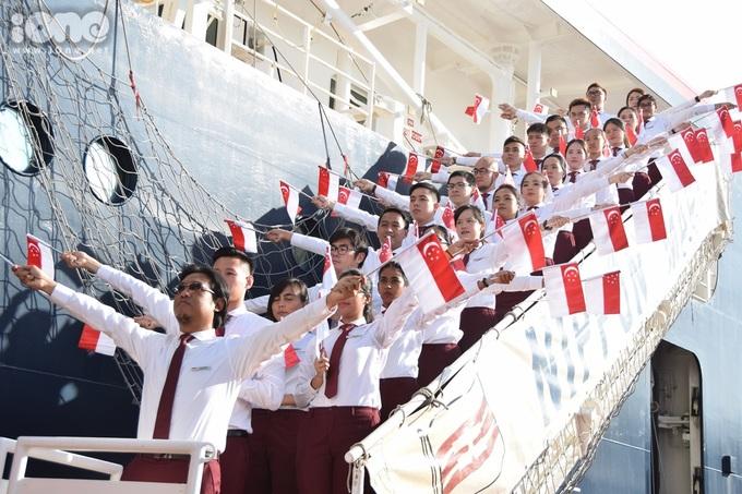 <p> Đoàn thanh niên Singapore tươi tắn và rạng rỡ khi thể hiện nghi thức múa cờ.</p>