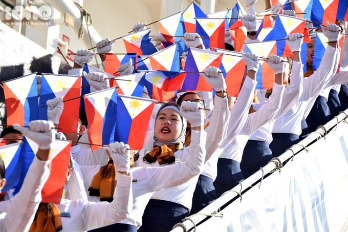 <p> Các thiếu nữ trong đoàn Philippines thực hiện những động tác múa cờ rất nhiệt tình.</p>
