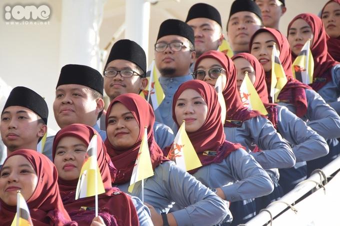 <p> Những chàng trai cô gái đất nước Hồi giáo Brunei.</p>