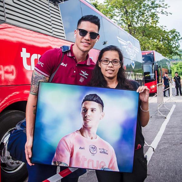 Trong đội tuyển Philippines, anh chàng là người có lượng fan đông đảo. Anh chàng tỏ ra thân thiện khi pose hình cùng người hâm mộ.